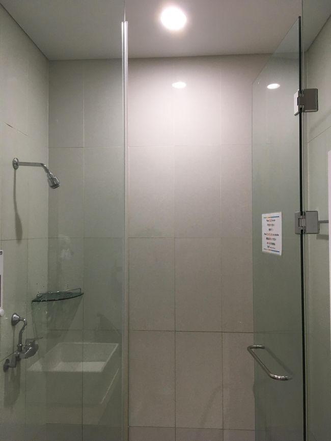 シャワールームには日本語表記もあり、安心。<br />ドライヤーもあって親切。<br />シャワーブースはたくさんあって、順番待ちはなかった。<br />あと、常にクリーンスタッフがいたから、すごくきれいだったよ。