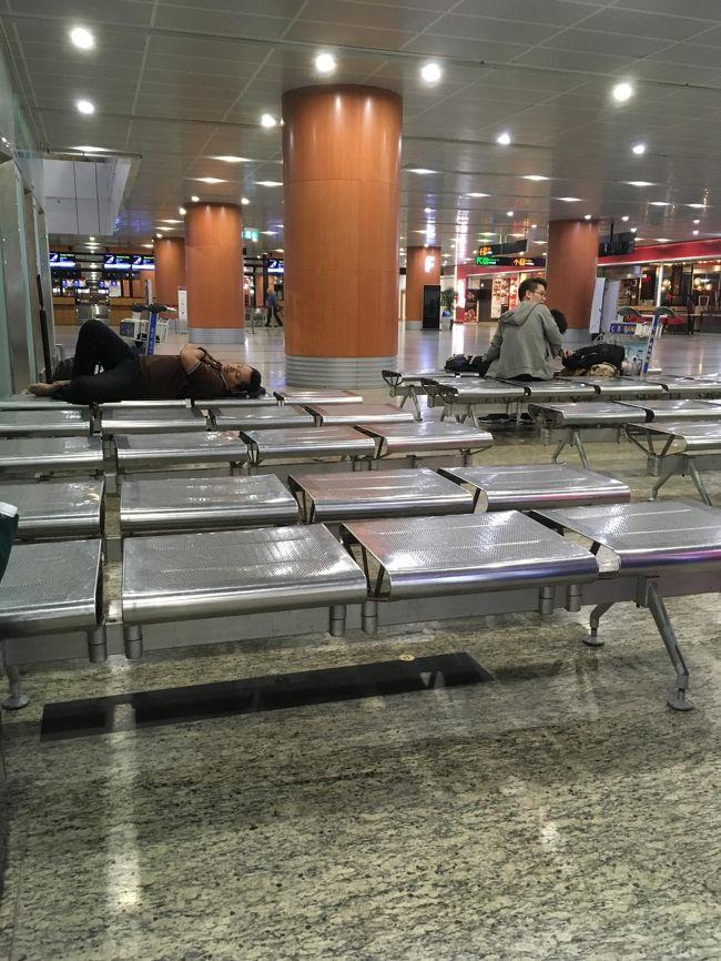 定刻よりずいぶんと早いに現地時刻21時台に、ヤンゴン国際空港に到着。<br />しかし、イミグレーションがとろい。<br />ほんと少人数でやっているから随分と待たされた。<br />そして荷物が出てくるのも遅い。<br />だから到着口に出たのは23時10分前。ありえん。<br />急いで400ドルだけ両替。<br />ちなみに両替所は到着口前しかこの時間だと開いていない。<br />他に2か所ほど、チケットカウンター方面にあるのだが、夜はやっていない。<br />400ドル=614000チャット<br />すごい札束になる。