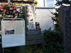 次はランチを目指して歩きます。日本橋魚河岸記念碑。昔ここににあったのね。