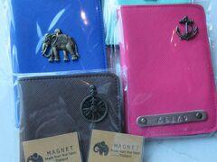 ■■■お土産① パスポートケース■■■  パスポートケース。チャトゥチャック市場で買ったけれど、他の場所でも売っているのを見かけた。1つ60THB。街中では100THBくらいだった。5つ買うと1つおまけがつくので、何人かでまとめて買うのがおススメ。