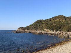 南紀ドライブ3日目。 今日は田辺から串本にかけて海岸沿いをドライブです。 このあたりの海岸は枯木灘海岸という風光明媚な海岸線が続きます。 「道の駅」のあたりの海岸。 今日は天気がいいので、海がひときわ青いです。