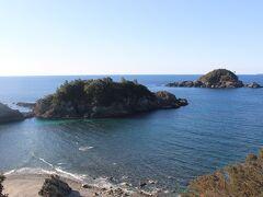 見老津駅の少し田辺よりにある「恋人岬」 2つの「黒島」がアクセントとなり、枯木灘を代表する景観になっています。
