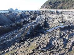 このあたりの海岸線の岩はぐにゃぐにゃねじ曲がっています。 学術的なことはよくわかりませんが、珍しい岩です。