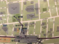 MRTで次の目的地、ファーラーパーク駅に到着 が…地下の駅から地上に出たらものすごいスコール!!  外を歩けそうにないので、小降りになるまで屋根の下で雨宿りがてら目当てのムスタファセンターへの道順を確認したりしてました  駅に掲示されてる地図の方向が明らかに上下逆さまで、また逆方向に進むところだった…危なーー