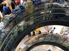 かなり広い店内 商品の数もものすごい  リトルインディアが近いので、インド系の人や商品が多かった印象