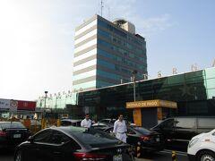 ペルー>リマ>ホルヘ・チャベス国際空港 ホテル出発がやや早く、朝のラッシュの影響が少なく、空港到着が少し早くなりました。近年、24時間空港は時間帯を問わず、混雑がありますよね。この空港も同様でした。