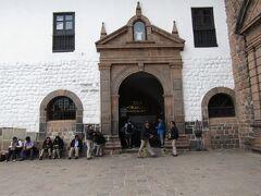 ペルー>クスコ>サント ドミンゴ教会 元々IntikanchaまたはIntiwasiと呼ばれていました。クスコの古いインカの首都に位置しています。コリカンチャを建造するために、インカは同じ大きさの立方体の石を利用しました。これは寺院の建設をはるかに難しくし、広大な地域に対するインカの支配を示したようです。壁はかつて金のシートで覆われていたようです。そしてその隣接する中庭は金色の彫像が多数存在したようです。スペインの入植者たちは、敷地内にサントドミンゴ教会を建て、寺院を破壊し、その基盤を大聖堂に使用しましたようです。これまでの大地震は教会をひどく傷つけました。しかし、巨大で、密接に連動している石のブロックから造られたインカ石壁は、それらの洗練された石積みのためまだ立っています。