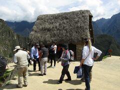ペルー>マチュピチュ遺跡>見張小屋 ワイナピチュ山、マチュピチュ山、インカトレイル(インカ道)、マチュピチュ村の全てを見渡せます。見晴らしはGOODです。よって、建造目的は見張りになるわけですね。現地ガイドさんから「壁はインカ時代からですが、屋根は最近復元しました」と案内がありました。