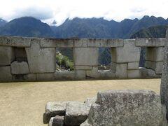 ペルー>マチュピチュ遺跡>Sacred Plaza,Temple of the Three Windows サイクリッドプラザは都市部の政治の中心地されているようです。本堂、三窓の聖なる神殿、インティワタナ(堅固な石で彫られたエアロライトで表される宗教的象徴)で構成されていますが、聖職者の家および聖なる神殿もあります。すべてテラスに囲まれていて、予想されるように耕作を意図したものではありませんでしたが、それらは都市のすべての異なるお祝いやお祭りに出席する多数の出席者を収容するように設計されました。 三つの窓の神殿は、神聖な失われた町マチュピチュで最も長い歴史を持つ基礎の一つのようです。先住民族の民間伝承によると、スペインの征服者からインカ文明を隠すことを目的として都市が建設されました。この寺院はインカ文明にとって大きな精神的価値を持っているようです。 長方形のベースに3つの壁だけでできていて、もともと5つの窓のためのスペースを残して、互いに完全にマッチした石の集まりを形成するようです。今日はそのうち3つだけが日の出の正確な位置を示しているようです。屋根は石柱で支えられていて、寺院はインカ文明がアンデスの世界を分けた3つのレベルを表す彫刻された石を表しているようです。空の精神性(Hanan-Pacha)、地球の表面または平凡(Kay-パチャ)、下層土または内部生活(Ukju-Pacha)
