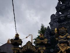 では観光をお願いします^^ まずは定番の「タナロット寺院」へ到着です (ガイドさんの奥様の方、ここからMEちゃんとします) (ガイドさんのご主人の方、ここからMOさんとします) 後でMEちゃんと話してたのですが バリ島の寺院でお祀りしているのは ほぼ神様なので神社が正しいのでは? まぁ分かるのでどちらでも良いんですが(^_^;)