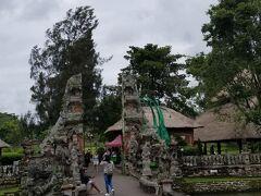続いてタマンアユン寺院へ連れてきてもらいました^^ 車を降りて橋を渡り、割れ門をくぐって寺院に向かいます