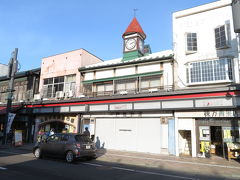 弘前は、平成16(2004)年以来、実に14年ぶり3回目の訪問です。同年の12月に新しい駅舎になったようなので、どうやら駅改装中に訪問したようです(記憶・記録なし)。  時間も限られているので、弘前城近くにある洋館群を見に行きます。 その途中にある、明治30(1897)年築の一戸時計店時計台。時計台の頭にかぶったとんがり帽が可愛らしい。 ちなみに、写真左に見える「弘前中央食品市場」が中に入るのを躊躇してしまいそうなところでした(実際には市場の名の通り野菜や魚が売られていたり、食事をとることができたりという場所でした)。