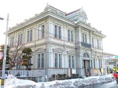 やってきたのは、青森銀行記念館。旧第五十九銀行本店本館で、国の重要文化財に指定されています。竣工は明治37(1904)年。堀江佐吉さんという棟梁が設計した擬洋風建築物です。堀江さんは、金木町にある現・太宰治記念館(斜陽館)なども手掛けています。  ちなみに、12月から閉館していると聞いていたのですが、なぜか開館しており、ほかにお客様もおらず、ゆっくりとご案内していただきながら、見学させていただきました。大人200円/人。
