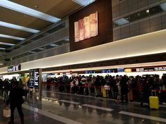 年末12/30の羽田空港にやってきました。帰省をすることがないので、年末の羽田空港はもはやはじめてというレベル... 大混雑!