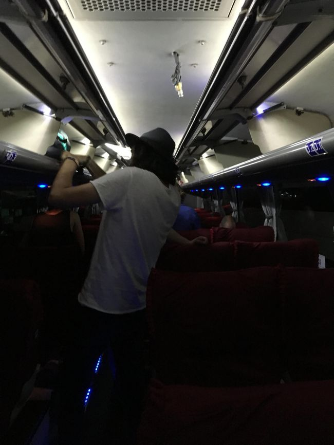VIPバスであるJJ。<br />日本のバスとそんなにクオリティは変わらない。座席はリクライニングが効いているし、広い。<br />モニターが付いており、音楽、映画鑑賞が可能。<br />500mlのミネラルウォーターのペットボトルとお菓子系統の車内食もついてきた。<br />運転手1名に添乗員2名。なかなかの気配りも見せてくれる。