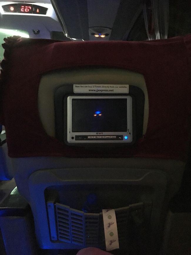 ブランケットも要求しなくても座席に置いてあるし。<br />だけど寒い。着込んで乗車しなければならないことには変わりない。<br />20時出発。
