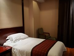 お部屋はレトロな中国の雰囲気。 よきかな。  ちゃんとバスタブもありました! うれしい。