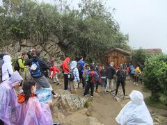 昨日見たマチュピチュ内をどスルーしてワイナピチュの入口。小雨が降る中人が集まってきます。