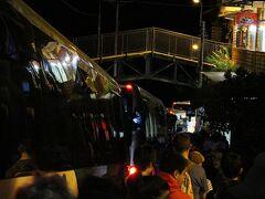 早朝。ワイナピチュに行くため暗い中バスに乗ります。入れる人数が決まっているワイナピチュ。すごい人数が並んでいる。入れるのかな…。