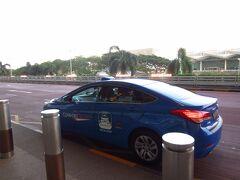 結局タクシーで空港に移動。夕方6時からは通勤ラッシュで混む上に、この日は事故も重なり大渋滞。運転手さんが、上手く渋滞を避けつつ空港へと連れてきてくださいました。シンガポールで初の女性ドライバー。日本語をCDで独学されているとのこと。色々街のことを教えてくださったりして、タクシーで良かったと思いました。 接客もとても丁寧で、次に来たらタクシーチャーターさせてと思うくらい。連絡先を確認するのを忘れたのが残念。