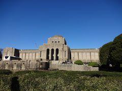 銀杏並木の突き当たりにある「聖徳記念絵画館」