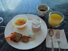 ホテルのラウンジで昼食。