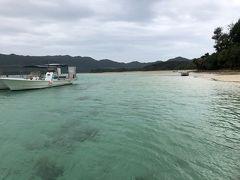 ネット割があったので「ぐるくん」さんのグラスボートに乗ることに。 そしてビーチで待機していたスタッフさんに島ぞうりのタグを切るためのはさみがないか聞いてみると…あったよーと、貸してくださいました^^;  島ぞうりに履き替えてグラスボートに乗船。まずは窓から景色を楽しみます。