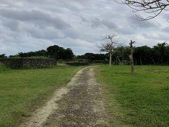 石垣島で一番気になていた場所、フルスト原遺跡。 本島のグスク跡と違いここは発掘調査で武具が見つからず食器などが出てきたそうで、お城ではなく集落の跡なのではと言われているそうです。  遺跡は南北に伸びており、北口から入るのが良いと情報を得ていたので北口目指して車を走らせ、道端に小さな看板を見つけおそるおそる入っていくと、開けた場所にたどり着きました。 途中、地元の方が歩いていました。車で入っても問題なさそうです。 遺跡は広いので車で移動、降りて散策、というのを繰り返しました。