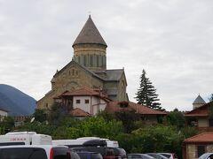 バスは、大聖堂の裏手にある駐車場に止まりました。 すぐ向こうにスヴェティツホヴェリ大聖堂が見えます。 さすが信仰を集める大聖堂。駐車場も賑わっています。