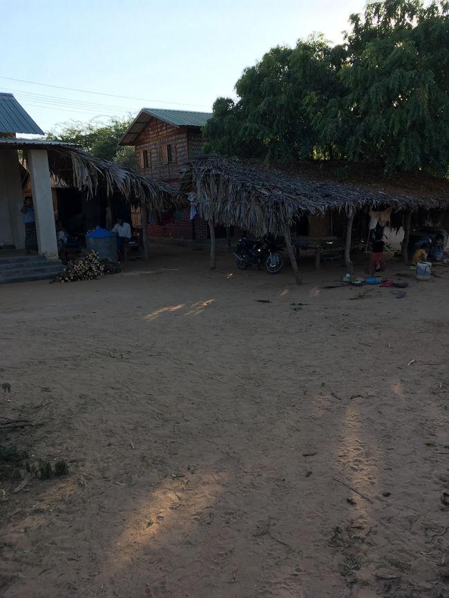 さて村人の家を見ていきましょう。<br /><br />ミャンマーには乾季、雨季と冷季と言う3つの季節があると言う。<br />今は冷季と言う時期で一番寒いのだと言う。<br />昼間は乾季の時と一緒だが、朝晩はきついと話す。確かに朝晩は寒いかも。<br /><br />じゃあ、このふきっ晒しの家、辛いだろうな。<br />一番辛いのは、スコールがある、雨季だろうけど。