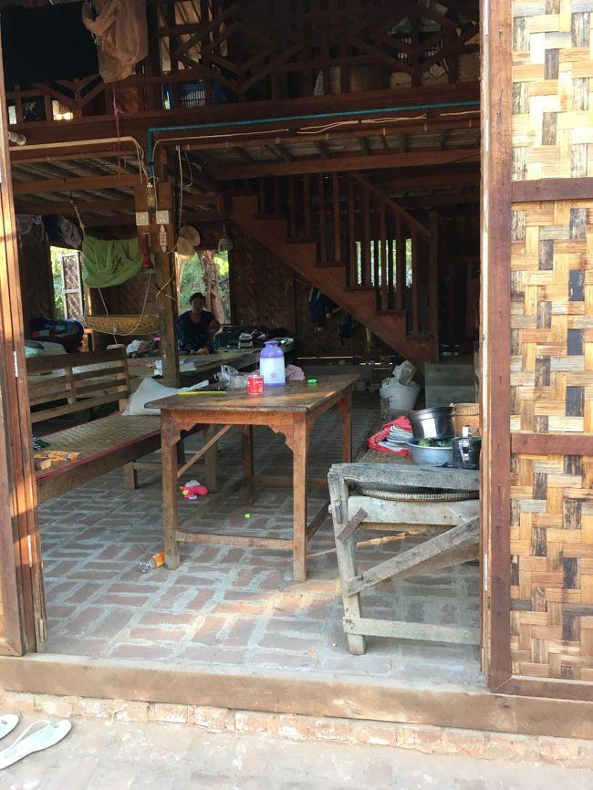 この村の中で一番立派な家。<br />ここはスコールが来ても雨漏りは大丈夫かな。<br />中では妊婦さんが横になっていた。<br />自宅分娩なのかしら?<br />聞いとけばよかった。