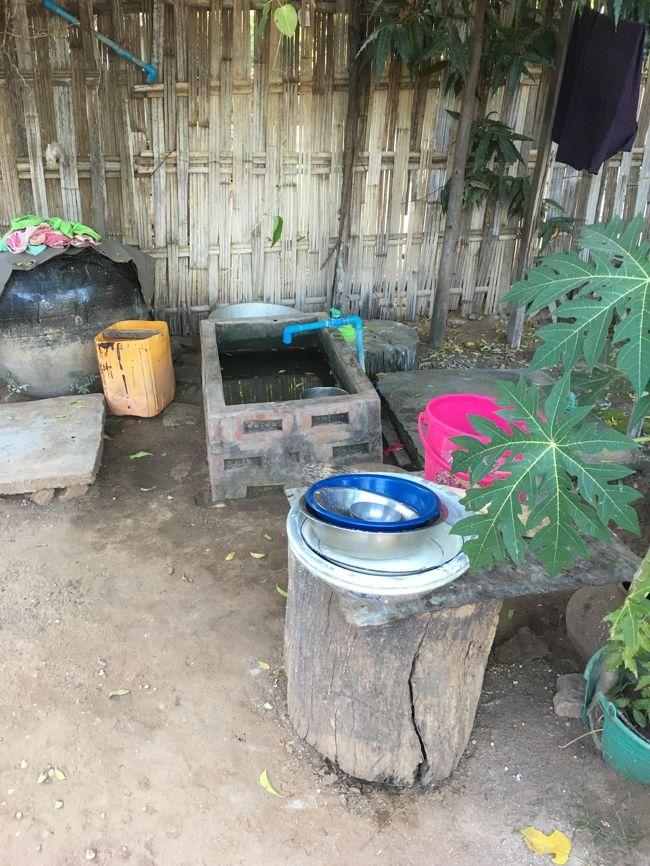 ここがお風呂。<br />もちろん水のみ。<br />だから皆、昼間に入ると言う。<br />洗面器でバチャバチャとするのね。<br />手前にあるのが井戸。<br />そこからも汲んだりすると言う。