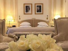【 Le Meurice / Superior Junior Suite no.123 】  エミレーツ航空の送迎車でパリ1区のル・ムーリスに到着したのは,2018年大晦日の13:20頃。すぐに1階のスーペリア・ジュニア・スイート123号室にチェックインすることができました。部屋番号,覚えやす過ぎるww  料金は12月31日からの2泊で,1泊当たり総額 1558.60 EUR (約195,600円), 7日前までキャンセル可能,朝食なしの Daily Rate です。スイートの広さは52㎡。  ベッドはキングサイズ仕様にも,ハリウッド・ツインにもできるようです。向かって右側奥のベッド脇にも物入があり,セイフティ・ボックスが収まっています。その手前右側がバスルームです。