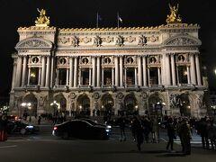 【 GALA INAUGURAL DES 350 ANS @ l'Opera (Palais Garnier)】  国立オペラ (Opera national de Paris)」は,ブルボン朝期の1669年に「音楽アカデミー (Academie de musique)」として設立されました。2019年は,それから350周年にあたります。パリ国立オペラは現在,主としてパリの「ガルニエ宮 (Palais Garnier)」と,フランス革命200周年の1989年に竣工した「オペラ・バスティーユ (L'Opera de la Bastille)」で公演を行っています。なお,「オペラ座 (l'Opera)」という名称は,ガルニエ宮の別称として用いられるほか,オペラ,バレー団体としての「パリ国立オペラ」を指す場合もあります。  ル・ムーリスの最寄駅はメトロ1番線のチュイルリー駅ですが、乗換駅ではないため使いにくいです。コンコルド駅(8,12番線)やピラミッド駅(7,14番線)の利用が便利。オペラ駅まで,コンコルド駅から8番線で二駅。ピラミッド駅(もしくはパレ・ロワイヤル=ミュゼ・デュ・ルーヴル駅)から7番線の利用も可。ただし,ヴァンドーム広場を通って歩いて行っても,ル・ムーリスから13分程度(1.0km)です。