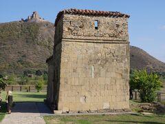 素朴な石造りの小さな教会。アンティスハティ教会( Antioch basilica)です。 イベリア王国が遷都した6世紀はじめに建てられました。ジュヴァリ教会とは対照的に直線的な三廊式バシリカです。