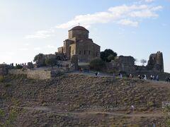 ジュヴァリ教会は、ジョージアにキリスト教を伝えた聖女ニノが十字架を立てた聖地に建立されています。 ニノは4世紀の頃、ブドウの枝を自分の髪で結わえて十字架を作りました。 ジョージアの前身、イベリア王国では4世紀の初め頃、隣のアルメニアに次いで世界で2番目にキリスト教を国教と定めました。