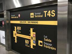 現地時間17:48(日本時間1月1日午前1:48)、予定より少し早く、アドルフォ・スアレス・マドリード=バラハス空港に着陸。日本とスペインの時差は8時間です。 沖止めで、ターミナルまではバス移動でした。入国審査はスタンプを押されるだけのシンプルなものでした。到着がT4Sだったので、シャトルトレインでT4へ移動します。