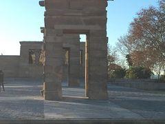 デボー聖堂。通常は周りに水がはってるんだけど、この日は水はひいていました。 エジプトから寄贈された遺跡です。 この日、神殿内部には入れなかったけど、夕暮れ時にはライトアップできれいだとか。