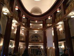 テアトロ・レアルのホール。すてきな吹き抜けのホールです。