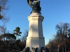レティーロ公園内にある堕天使の噴水。 Rさんが言ってた。 通常、天使や英雄たちが銅像になっていることが多いけど、悪魔が銅像になっているのは珍しいと思うよって。