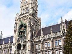 ミュンヘンで一番観光客が訪れるであろうマリエン広場 市庁舎の仕掛け時計グロッケンシュピール(Glockenspiel)はあまりに有名 毎日、11時、12時から仕掛け時計が動く仕様 夏は17時も動いてるらしい 高い場所にあるからわかりにくいけど、中の人形は等身大になってて、割としっかり動きとが下からでも見れる