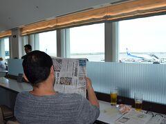 那覇空港のビジネスラウンジ。 朝ビールしちゃった。