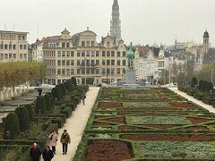 ベルギー王立美術館までは歩いて10分くらいでしょうか。  中央駅の前を通り、なだらかな坂道をすすみ、信号を渡って芸術の丘の道を進み、楽器博物館を右に見て、王宮に突き当たり右折するとベルギー王立美術館です。  今ではルネマグリット(1898~1967)という幻想的で暗示的なシュールな絵を表現するベルギーの作家の専門美術館も併設されています。