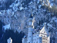 冬のドイツは基本的には曇り空の中、この日は最高の天気! 朝陽(と言っても11時頃)を受けたノイシュバンシュタイン城は素晴らしくキレイだった! そして後ろの山々も雪が降ったおかげでよい効果に♪