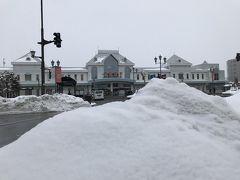 まずはJR米沢駅からスタート。 見てよ、この雪の山!