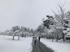 雪の中をエッチラオッチラ歩いているうち、見えてきましたよ米沢城址が! 現在は本丸跡に藩祖謙信公を祀った上杉神社が鎮座しています。 お正月とあって参拝客が引きも切りません。