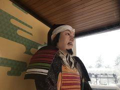 観光会館「臨泉閣」にある直江兼続の巨大像。 もともと米沢は兼続の領地だったんです。