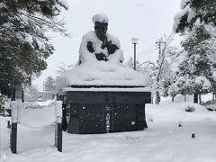 松岬神社にある上杉鷹山の銅像も雪の中。 松岬神社には上杉景勝、鷹山、直江兼続他3名が祀られています。
