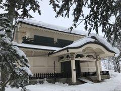 神社境内の横に立つ宝物館「稽照殿[けいしょうでん]」。 上杉家由来の宝物を数多く収蔵しているそうです。 が、冬期間(12月~3月下旬)は休館とのことで残念ながらお休み。 なお、こちらも伊東忠太博士の設計です。