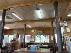 きしもと食堂八重岳店に昼ごはんを食べに来ました。 お客さんはまばら、しかし3時にもなると山原そばは確実に閉店しており、食べることができれば満足。 本部町の本店に行ったことはあり、ジューシーのほうが沖縄そばより美味しかった記憶があります。